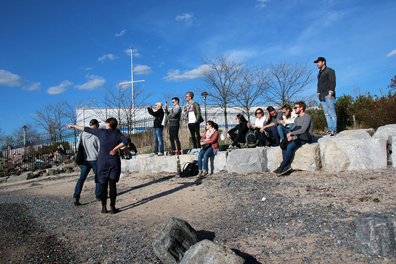 Exkursionsgruppe mit Blick auf die Skyline Manhattans