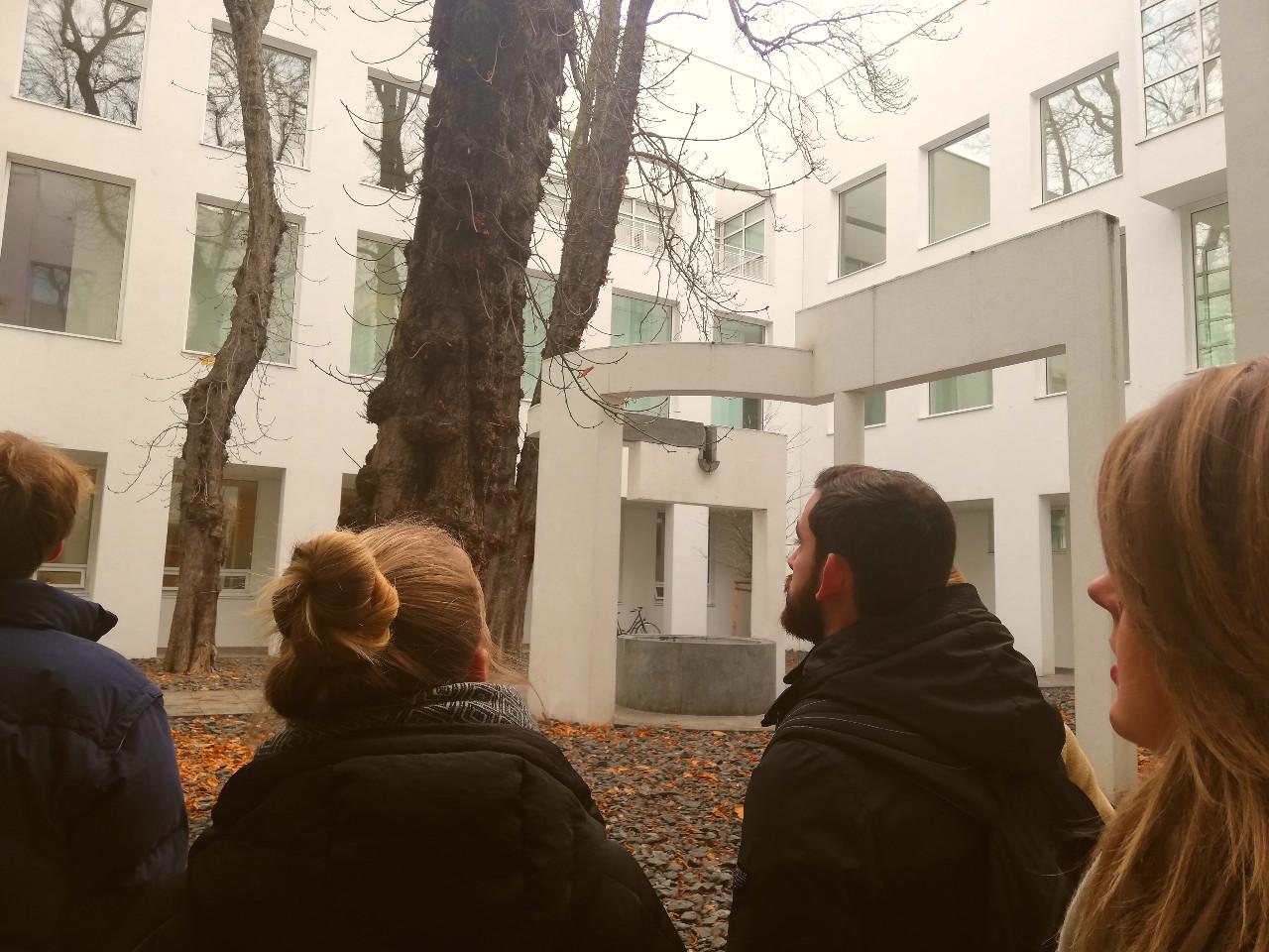 Im Innenhof des Museums für Angewandte Kunst